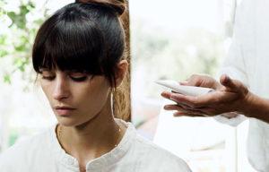 Tratamiento de fijador y movimiento del cabello en peluquería m. belén